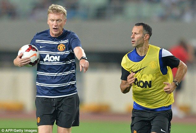 Moyes instructs Ryan Giggs during a training session in Japan