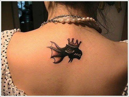 Tattoo poisson sur la nuque