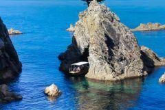 鳥取県岩美町の浦富海岸といえば透明度の高い海と奇石に特徴がある景勝地 これらの景色を効率的に巡れるのが島めぐり遊覧船 鳥取県の自然が作り出した造形美をじっくりと楽しみたい人にはおすすめですよ 特にこれからの季節は海風がとっても気持ちいいからぜひ島めぐり遊覧船でクルージングをお愉しみください tags[鳥取県]