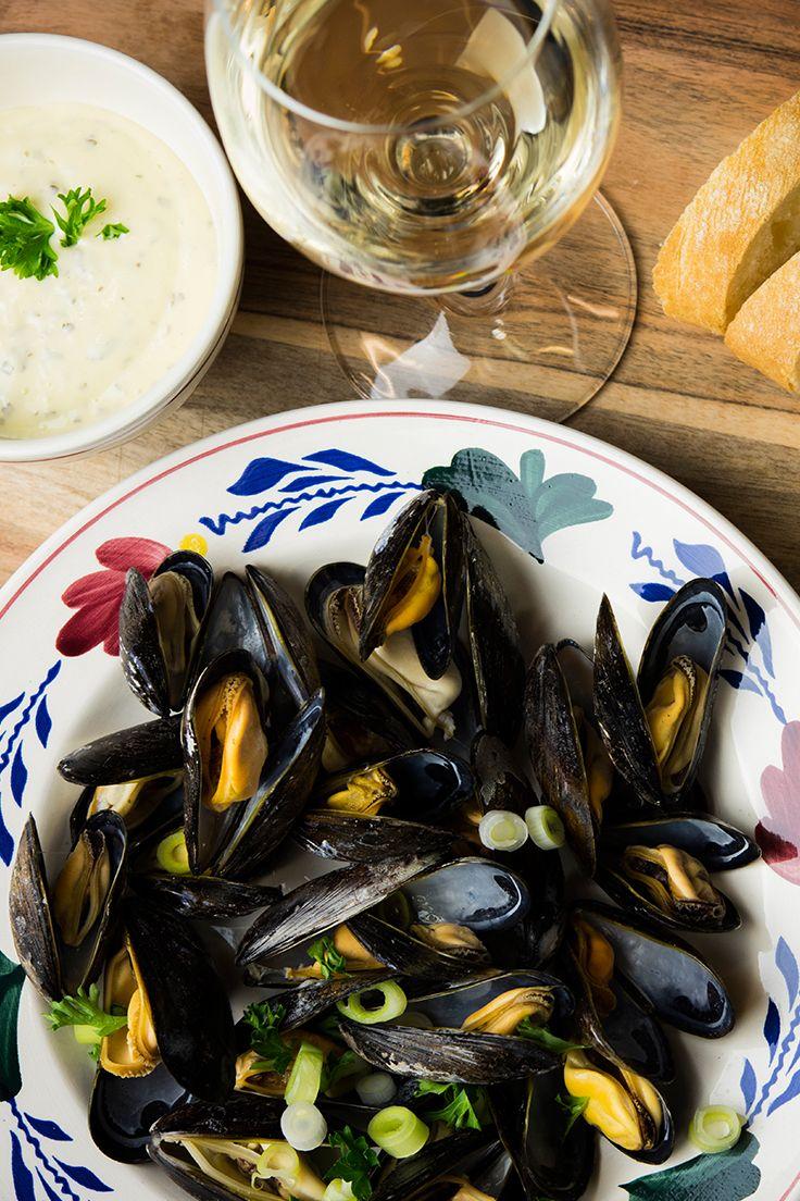 Gebruik een diep bord of pastabord om je mosselen te serveren.