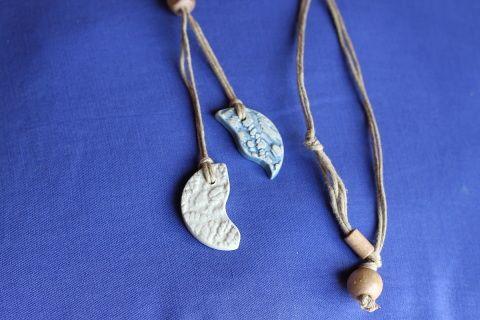 Grandeur  longueur 19 pouces  - 48 centimètres    Collier double  céramique de couleur bleu denim et ivoire deux faces fait à la  main  sur double corde de chanvre orné d'une perle cubique en bois.  Fermoir  noeud et perle.  Frais de livraison 5$ Merci de nous suivre sur Facebook  www.facebook.com/Creations-JOM-Céramiques-Bijoux-340093916336505