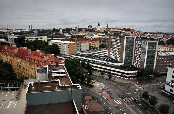 Tallinn fica golfo da Finlândia, no Báltico e é a capital da Estónia. A zona medieval é um lugar muito apreciado, pelo ambiente de época ali recriado
