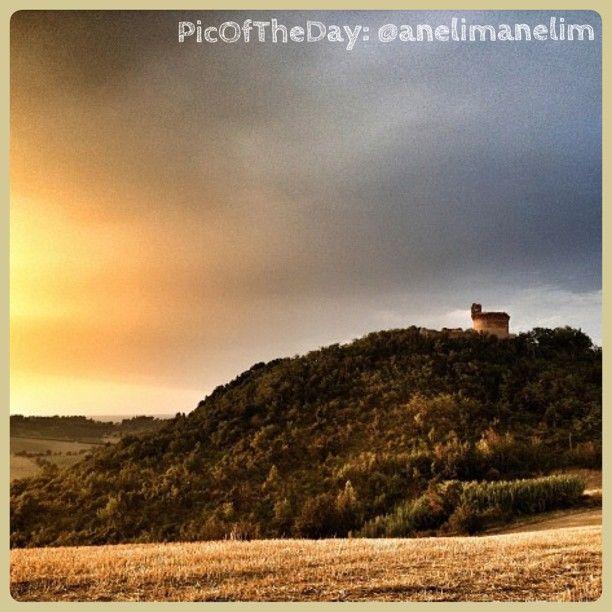 La #PicOfTheDay #turismoer di oggi ci porta sul colle di #Montepoggiolo, ad ammirare il tramonto che illumina la sua antica #Rocca, vedetta della vicina cittadina di #TerradelSole Complimenti e grazie a @anelimanelim #myER_Castles