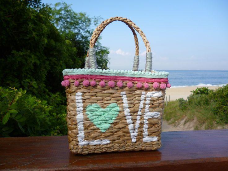Bolsa de palha natural pintada a mão com mini pompons que amamos!