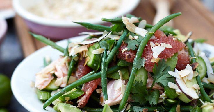 Snabblagad sallad med varmrökt lax, haricots verts, avokado och blodgrape. Serveras med syrlig lime- och jalapeñodressing.