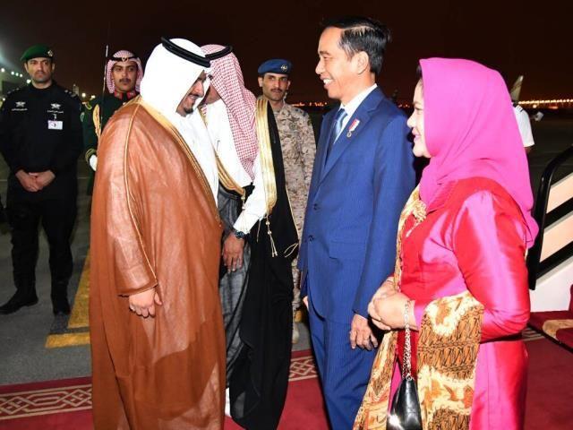 Presiden saat tiba di Riyadh, Arab Saudi, Minggu (21/5) RIYADH ,21 May 2017-Setelah menempuh perjalanan hampir 12 jam, pesawat Kepresidenan Indonesia-1 yang membawa Presi…