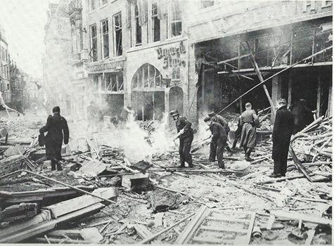 Op 22februari 1944 voerden Amerikaanse bomenwerpers onverwacht een aanval uit op de omgeving van het station en het centrum van de bovenstad.Honderden slachtoffers,enorme verwoesting en meer dan 24 uur aanhoudende vuurzee waren het gevolg. op de foto proberen duitse militairen een brand te blussen op de lange Burchtstraat bij de winkel van Albert Heijn en na de oorlog in Old Dutch omgedoopte cafe Urquell Stube