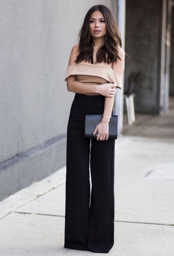Guita Moda: Dupla chique: top cropped + calça da alfaiataria. Top com decote ombro a ombro nude, calça flare preta