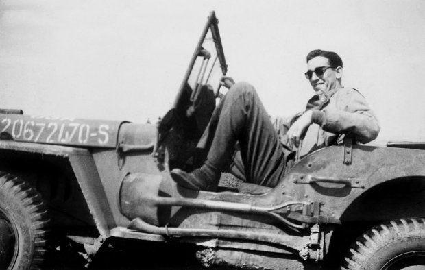Jego jedyną powieść miał przy sobie Mark David Chapman, kiedy pakował cztery kule w Lennona. A John Hinckley, który strzelał do Reagana, chciał zmienić nazwisko na Holden Caulfield. Co roku drukuje się kolejne pół miliona jej egzemplarzy