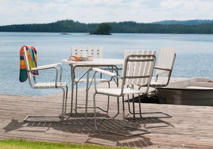 Sandhamn från Hillerstorp SANDHAMN kan med rätta kallas en svensk klassiker. Vem har inte någon gång slagit sig ner i en sådan fåtölj och förtjusats över att det går att gunga i den. Hemligheten ligger i benställningens utformning och metallens utförande. Stolen är stapelbar och bordet går att fälla ihop. Sandhamn består av en polyzinkbehandlad stålstomme och vitlaserad furu.