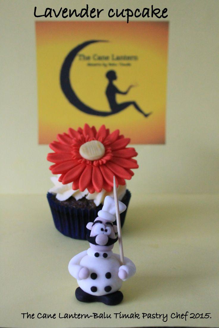 Fondant gerbera cupcake.