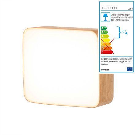 Einzelabbildung der Cube Wandleuchte M von von Mikko Kärkkäinen für Tunto. Sie besteht aus einer LED-Leuchtfläche die mit einem Rahmen aus Eichenholz Natur ummantelt ist.