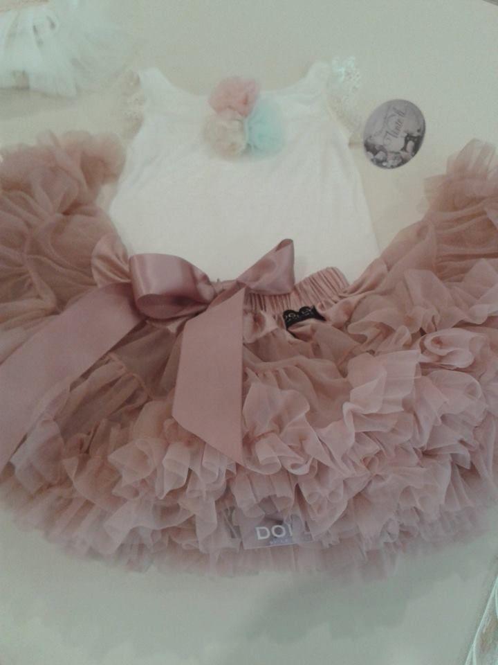 Συνδυάστε την φούστα Dolly με τα νέα υπέροχα μπλουζάκια της Vinteli με τα ρομαντικά πον πον... Δεν είναι υπέροχο;