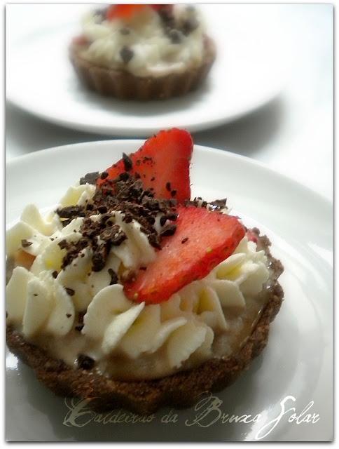 Mini tortinhas de doce de leite, chantilly e morango