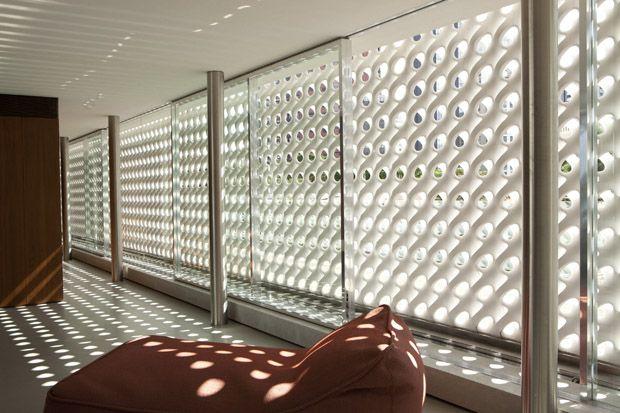 """Arquitetura Marcio Kogan: """"Coroando a casa, o cobogó de Hauer é arte pensada como espaço arquitetônico. É o símbolo da casa, assim como a jabuticabeira do jardim. Dão ao espaço uma atmosfera reflexiva que invoca um breve silêncio contemplativo"""". (CYNTHIA GARCIA)"""
