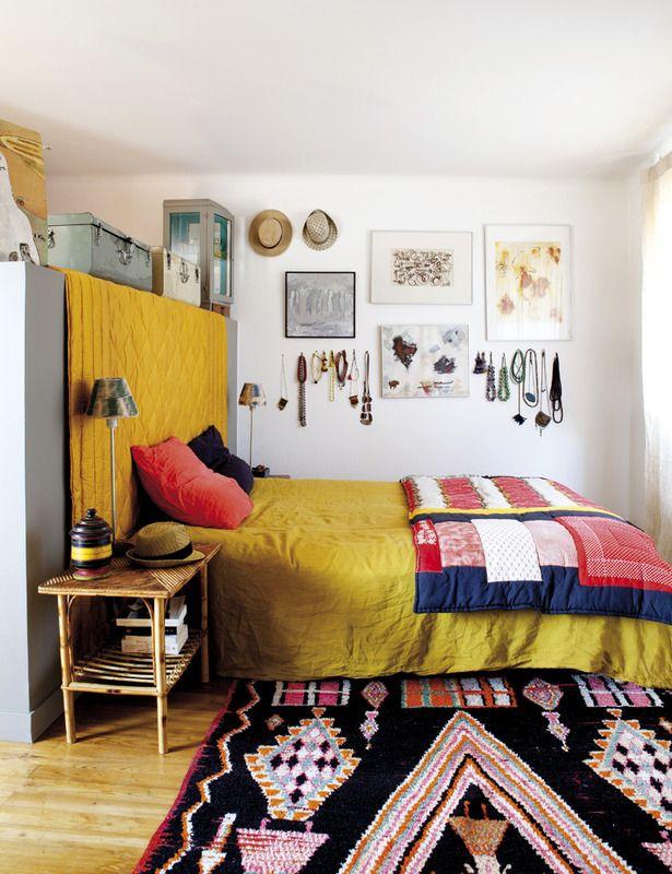 De este color es el precioso boutí vintage con un bordado provenzal que decora el cabecero de obra. La alfombra es marroquí, y la ropa de cama, de Merci. En la pared, una composición formada por cuadros, sombreros, collares...