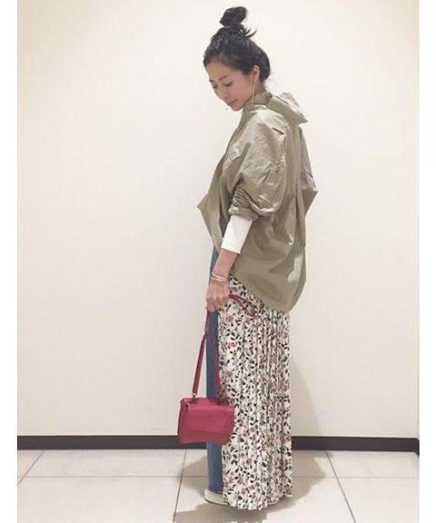 ◆シャツスタイル  メンズライクなミリタリーシャツも、落ち感のある素材の花柄パンツと合わせて、女性らしさをプラス。