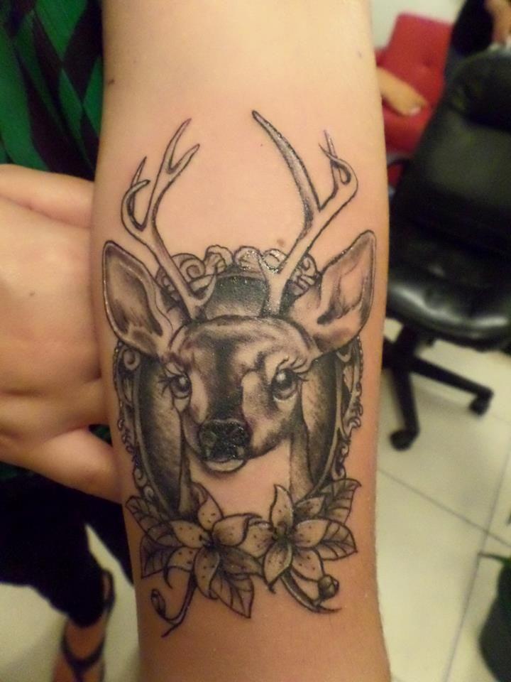 Tatuaje de siervo con arreglo floral, tattoo ink black & grey