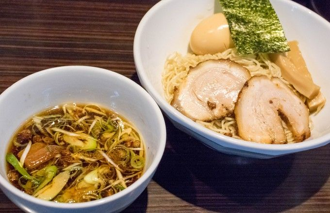 あっさり鶏ガラ醤油・濃厚豚骨と対極的な2種類のスープをベースに、京都から直送される鰹節を合わせたメニューで人気を博すお店です。お店のオススメは写真のつけ麺で、甘辛い味わいのスープと共に細麺をざるそばのようにスルスルっと食べられます。全てのラーメン・つけ麺に柚子風味もあるので、さっぱりしたものが食べたいときはそちらを頼むといいでしょう。