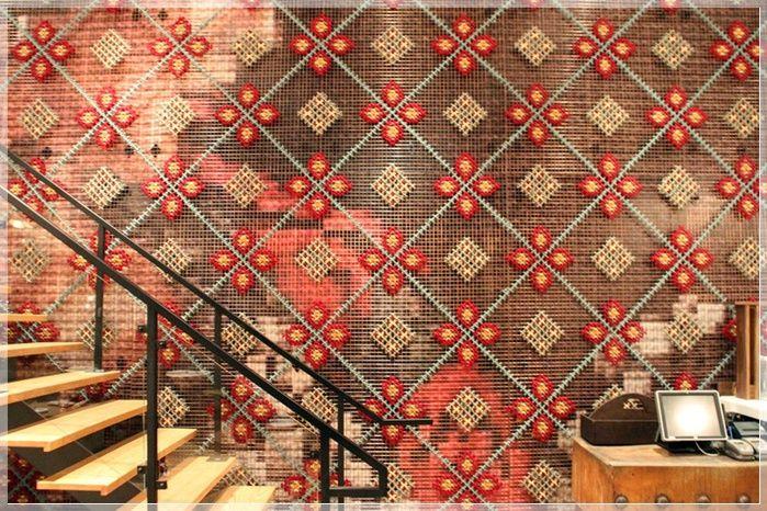 O projetista Marlo Onilla realizou este projeto para o restaurante espanhol Patriav Toronto uma estilosa parede bordada à mão.