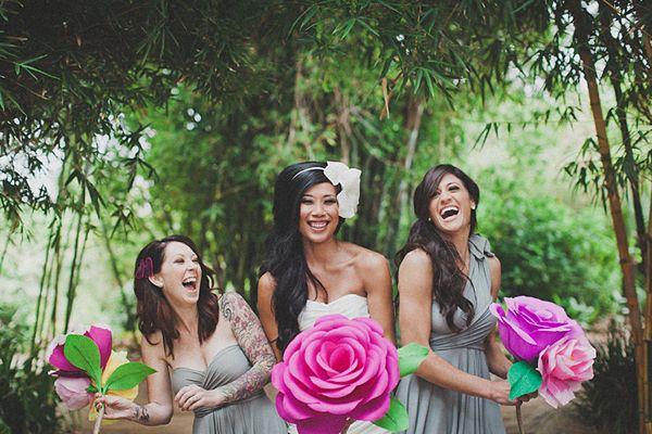 Eine Hochzeit mit einer riesigen DIY Papierblume | Friedatheres