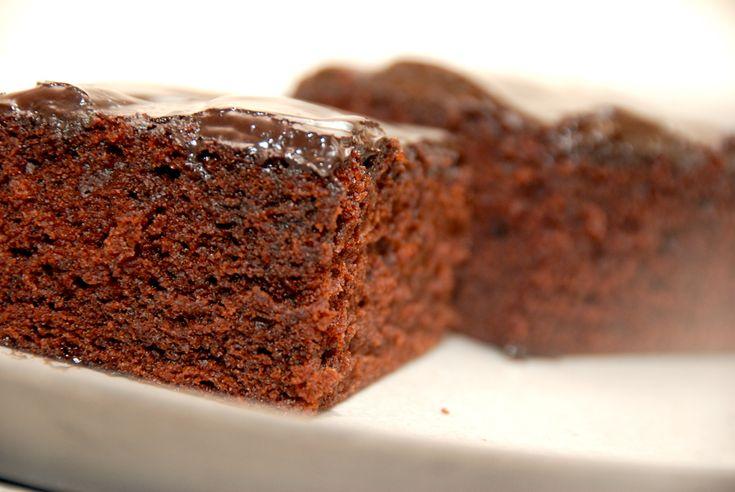 En chokoladekage opskrift når den er allerbedst. Chokoladekagen er svampet og lækker, og den pyntes med chokoladecreme eller glasur med kokos.