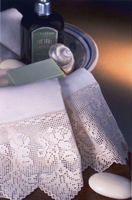 Asciugamani in lino, ricamata interamente a mano, secondo un'antica tecnica in uso in Sicilia nel 1400 chiamata Sfilato Siciliano