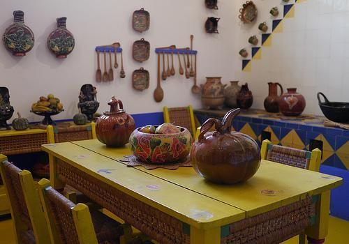 En la cocina, se pueden ver las ollas de barro colgando de las paredes, y variedades de cazuelas.