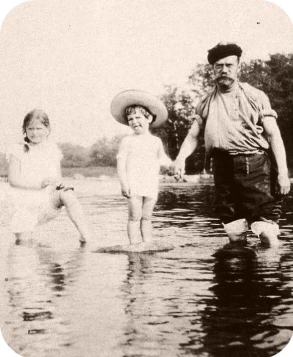 historybyerin:  Maria and Alexei with their father (love Alexei's face!)
