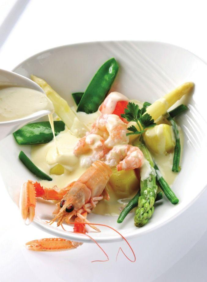 Bereiden: Verwijder de koppen van de langoustines en bewaar de 4 grootste. Verwijder het pantser van de staarten. Haal er het darmkanaal uit. Breng de kippenbouillon aan de kook en laat er in volgorde van kooktijd de groenten beetgaar in koken: eerst de in tonnetjes gesneden wortelen, dan de boontjes en de ontvliesde sluimererwtjes, op het laatst de geschilde groene en witte aspergepunten. Schep de groenten uit het kooknat. Kook de langoustinestaarten en de koppen nu heel kort, maximaal 1…