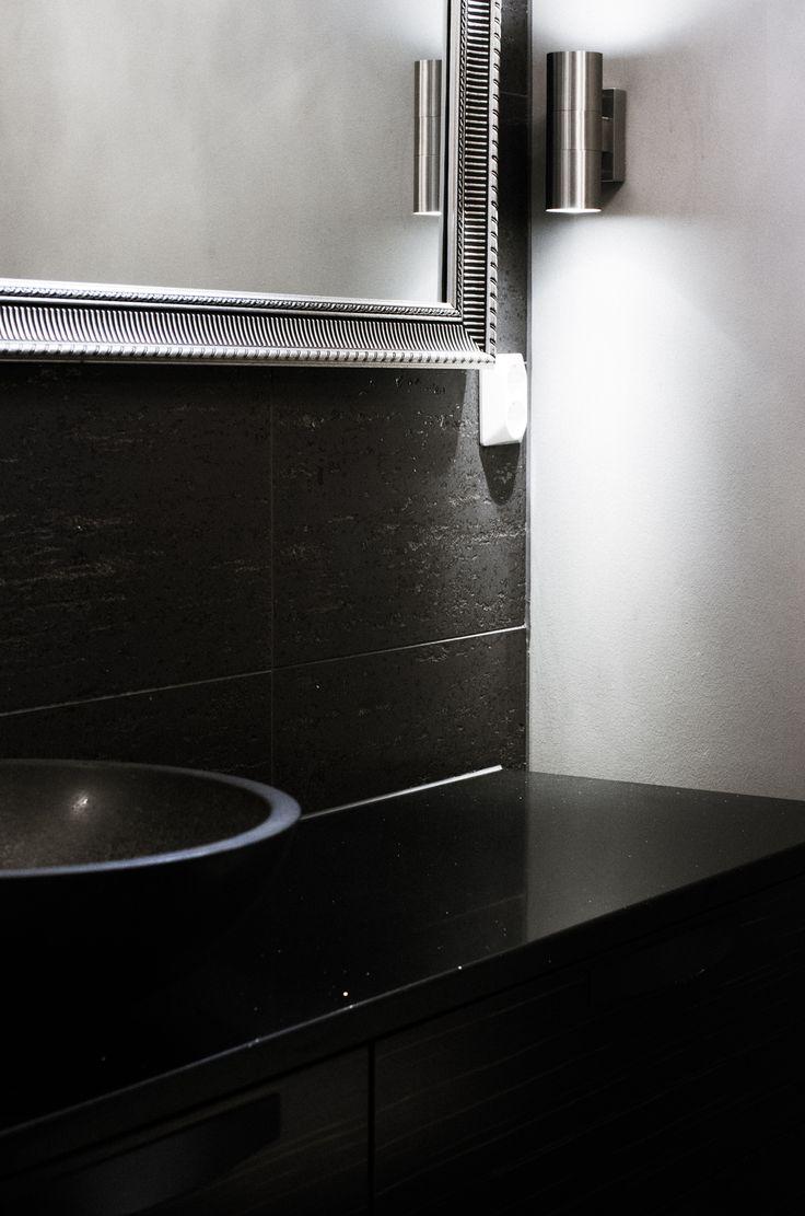 Tunnelmallinen tumma kylpyhuone – Nordic Atmosphere Laattapiste kiviallas, kvartsitaso