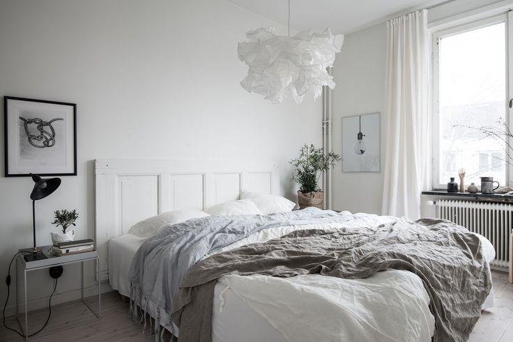 Sovrummet är rofyllt med gott om plats för dubbelsäng och nattduksbord
