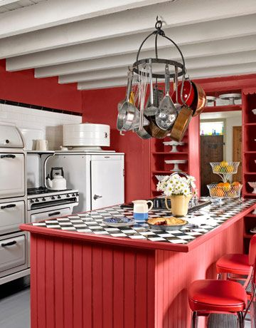 I love red and old. Nice.: Vintage Appliances, Vintage Kitchens, Black And White, Kitchens Ideas, Red Kitchens, Colors Kitchens, Farmhouse Kitchens, 30 Colors, Retro Kitchens