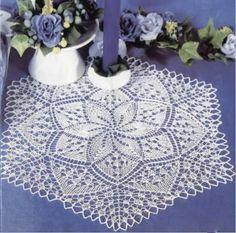Шестиугольная вязаная салфетка с цветочным узором