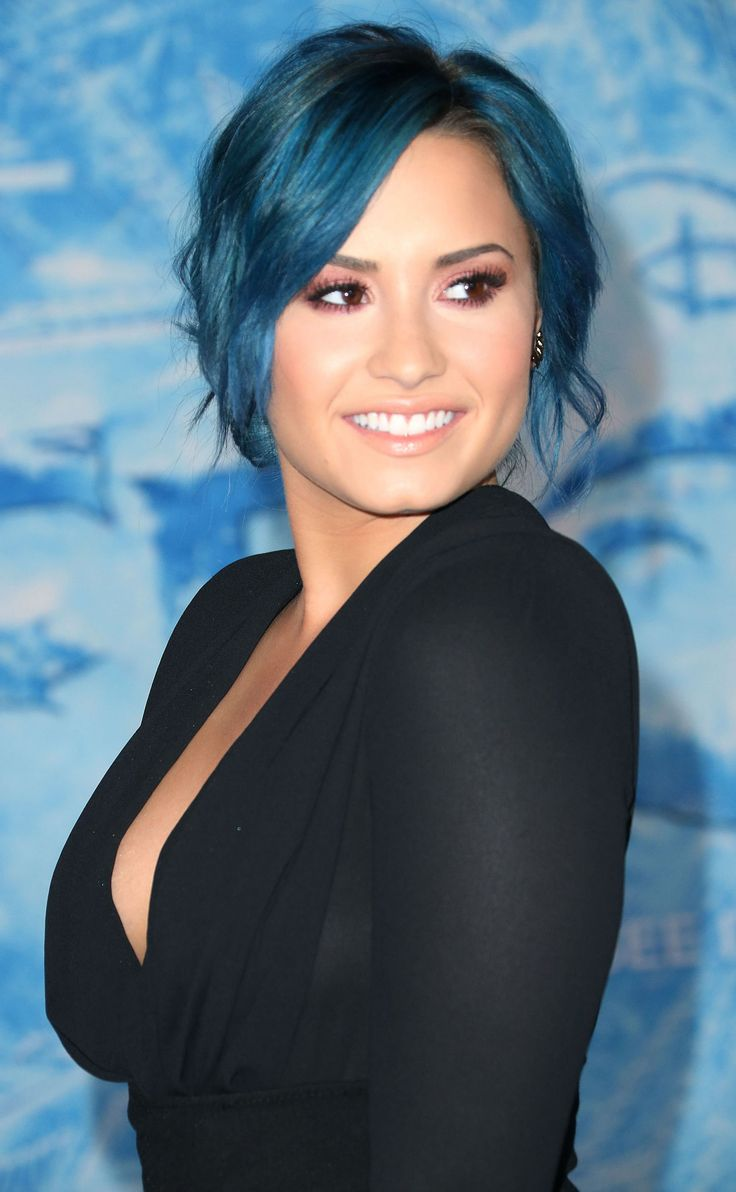 Demi Lavato's change to blue hair, looking lovely at Disney's Frozen premier.