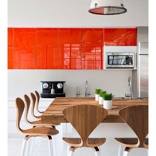 Оранжевая кухня 🍊 #кухня #дизайн #интерьер #интерьеркухни #дизайнкухни #декор #современный #стильный #вдохновение #оранжевый #цвет #тон #фасад #белый #столовая #деревянный #стол #стулья #kashtanova_com #interiordesign #interior #decor #design #kitchen #orange #colors #white #wood