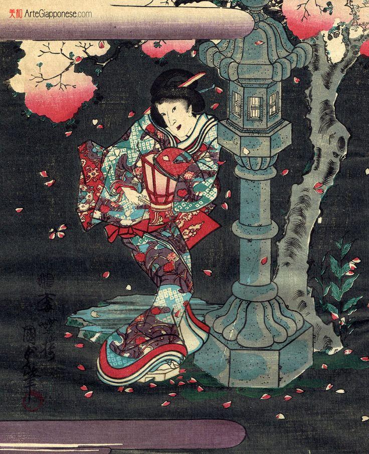 NOTTE DI SAKURAIn questa bella xilografia originale di Utagawa Kunisada (歌川国貞) vediamo una giovane donna che, in una notte di primavera, si aggira in un giardino di alberi di ciliegio in fiore. La donna tiene in mano una lampada di carta (手持ち行燈) di cui sta cercando di smorzare la luce con la manica del kimono e sembra quasi nascondersi dietro un lanterna di pietra