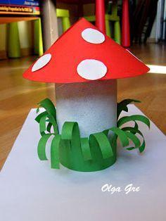 Paddenstoelen van wc-rollen. Door het gras wat te krullen en om de paddenstoel heen vast te maken, wordt het een stuk leuker!