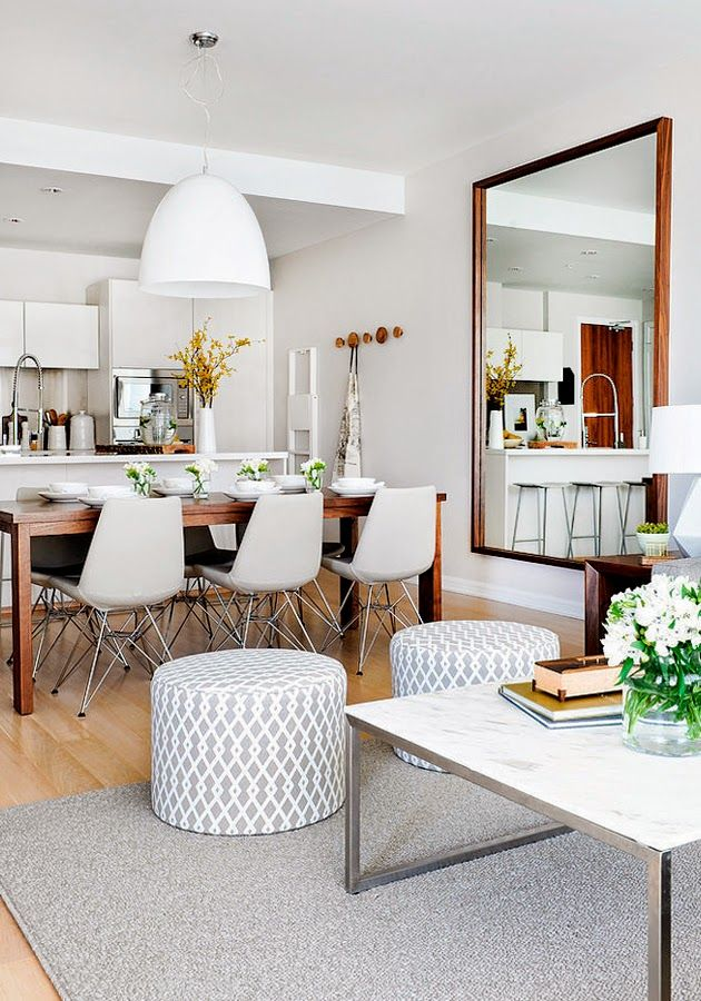 Comedor blanco con detalles en madera y escala de grises. La mesa de comedor de madera más oscura (y más pequeña que esta, extensible quizás). Cuadrada, seguramente. Con una lampara colgante. Los otomanes, los de ikea de mimbre (4) y la mesa de café, parecida a ésta Y CON ALFOMBRA.