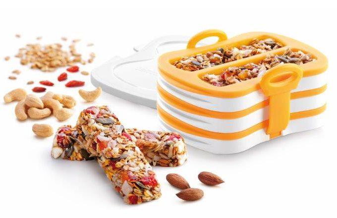 Lis na zdravé tyčinky TESCOMA DELLA CASA. Je vynikající pro lisování a pečení domácích tyčinek z ovoce, oříšků, semínek, obilovin, medu apod.  Dodáváno s praktickými sáčky pro zabalení hotových tyčinek. Vyrobeno z odolného plastu a prvotřídního žáruvzdorného silikonu. Návod k použití s recepty je součástí balení. 3 roky záruka.. Cena 399 Kč, zakoupíte v Prodejních centrech TESCOMA, nebo na www.eshop.tescoma.cz