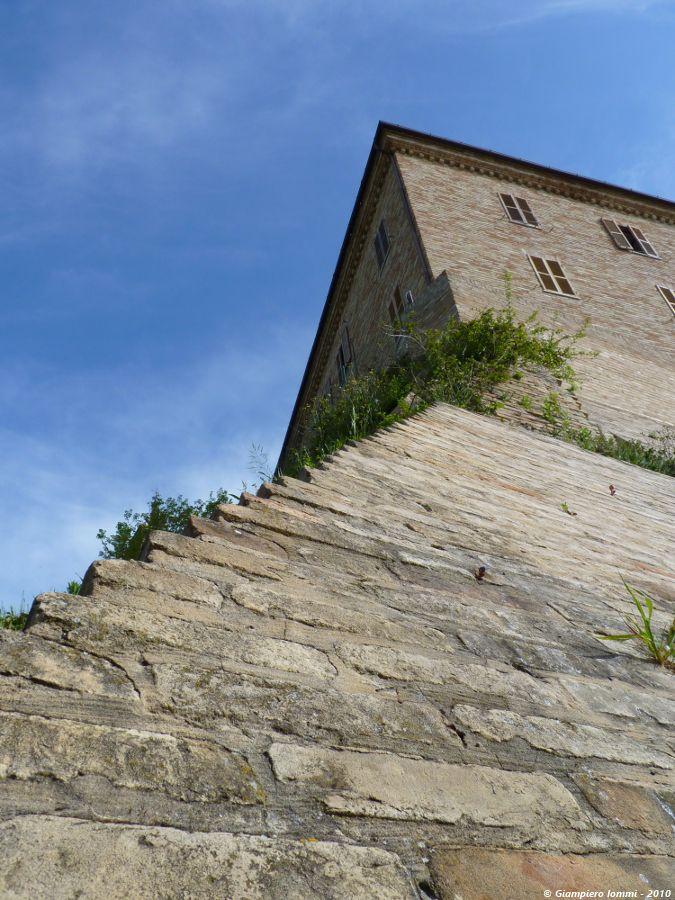 ... international village of hat ! Detail of the 'ancient castle' of Montappone. Particolare del centro storico di Montappone. #HatsDistrict