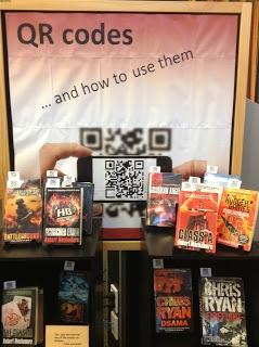 Voeg een QR-code bij het boek. De code verwijst dan naar een filmpje waarin iemand het boek aanprijst, de schrijver een fragment voorleest of de trailer van de bioscoopversie te zien is. Er zijn vele QR-generators te vinden op het ingternet en via allerlei apps.