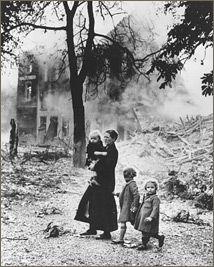 Cronología de la Segunda Guerra Mundial. La guerra relámpago alemana desplazó a muchos civiles, como esta familia belga, cuando los nazis irrumpieron en toda Europa.