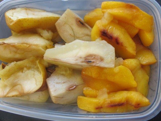 Cuando estamos a dieta cuesta comer fruta si hace frio, en invierno prefiero hacer las frutas asadas y guardar en tupper en la nevera. Las frutas que más me gustan para preparar así son las manzanas, peras, melocotones, membrillos… También se pueden utilizar las frutas pochas.