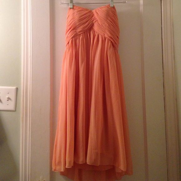 Peach Bridesmaid Dress. Size 6 Strapless Peach Bridesmaid Dress. Perfect for a spring or summer wedding. Only worn once. Dresses Strapless