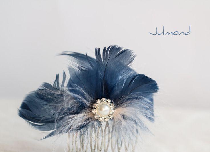 Nicht umsonst wurde bei diesem Fascinator Blau gewählt. Blau ist die Farbe kühler Eleganz und genauso wirkt dieser Haarschmuck.