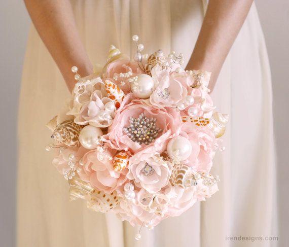 Licht roze en zilveren schelp bruiloft boeket.  Strand bruiloft boeket. Broche bruiloft boeket