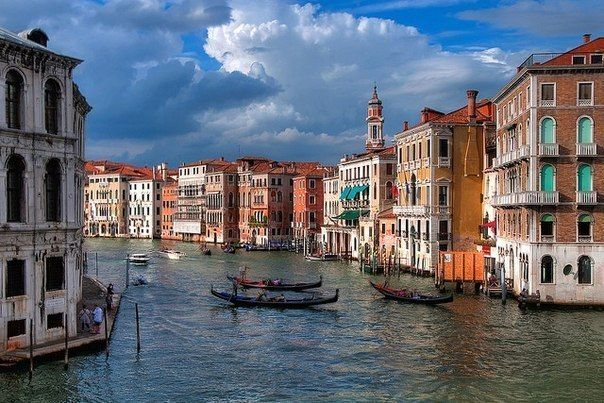 9.Гранд-канал, Венеция.  Большой венецианский канал имеет естественное происхождение – он был образован мелкой протокой, струящейся вдоль островов лагуны. Гранд-канал проходит через весь город. Он похож на перевёрнутую букву S. Начинается Гранд-канал у вокзала, заканчивается у таможни. Вдоль канала располагаются самые красивые венецианские здания, выходящие на него причудливыми фасадами.