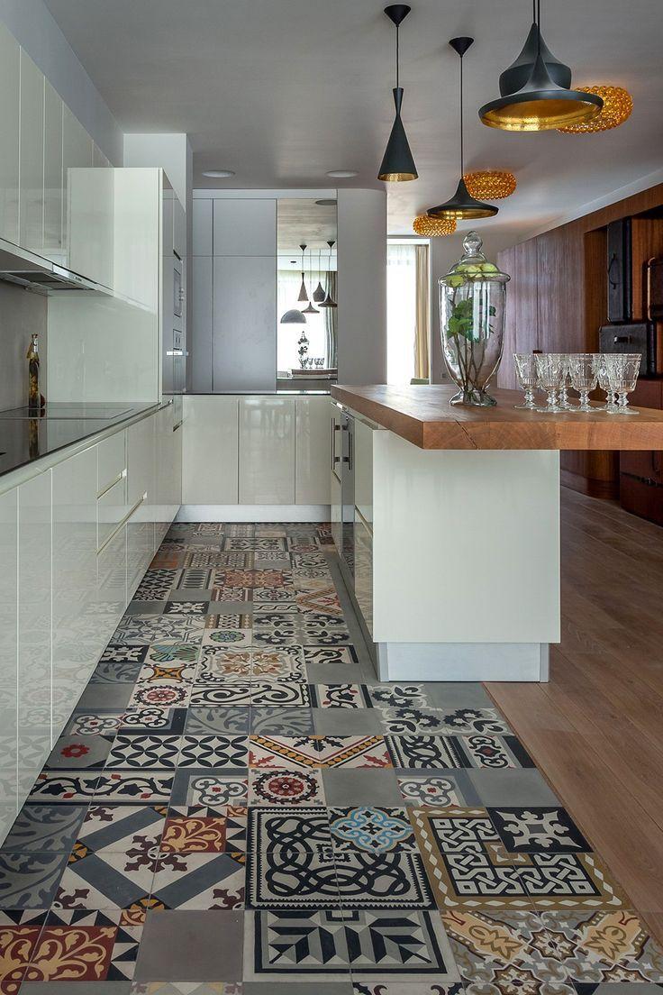 Sol en mosaïque de carreaux de ciment. - Floor mosaic cement tiles .:et luminaires vraiment sympas noirs de formes différentes et intérieur doré