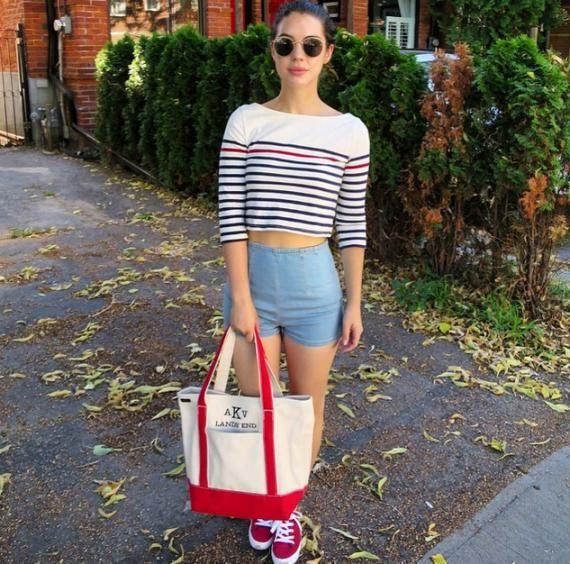 Look d'Adelaide Kane : l'Australienne adopte la marinière, un short taille haute et une paire de basket assortie avec son sac.  #StreetStyle
